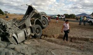 Carreta carregada de cimento tomba na BR-122 e motorista fica ferido