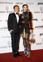 Isabelli Fontana ousa com look grifado em evento de moda