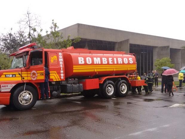 Ainda não há informação sobre o que teria provocado o incêndio (Foto: Denise de Medeiros/RBS TV)