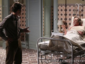 Franz defende o cunhado e fala que ele não seria capaz de atirar em Ernest (Foto: Joia Rara/ TV Globo)