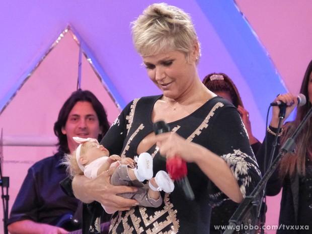 Xuxa carrega o bebê por um bom tempo (Foto: TV Globo / TV Xuxa)