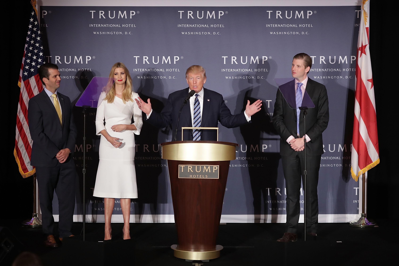 Donald Trump com três de seus filhos, Donald Trump Jr, Ivanka e Eric (Foto: Getty Images/ Chip Somodevilla )