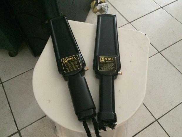Raquete e banco são alguns equipamentos usados para revistar visitantes (Foto: Matheus Rodrigues/ G1)