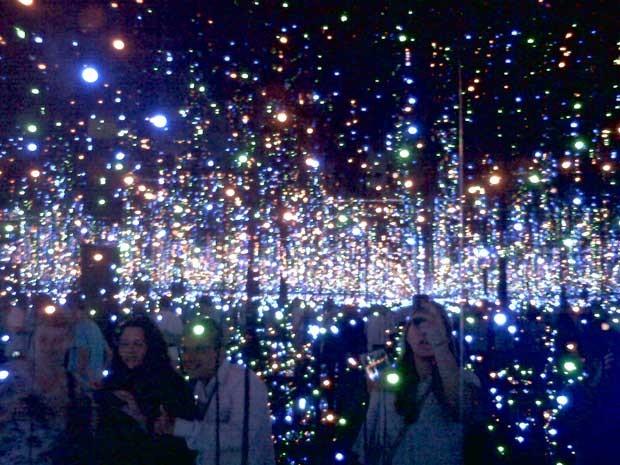 Público fotografando a sala 'Infinity Mirrors', uma das mais visitadas da exposição (Foto: Luiza Facchina/G1)
