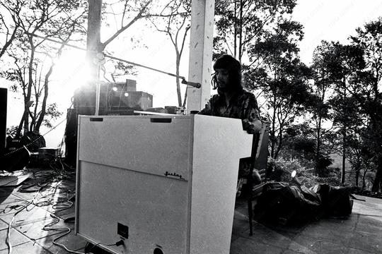 Arnaldo Baptista toca o Mellotron branco que o grupo trouxe de Londres, no sítio da Cantareira (Foto: Leila Lisboa)