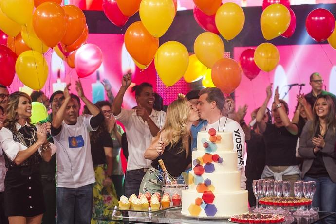 Angélica e Luciano Huck se beijam em surpresa para o apresentador no 'Caldeirão' (Foto: TV Globo)