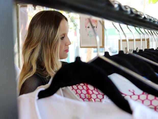 Ela também abriu uma loja para comercializar as roupas de suas coleções (Foto: Denise Soares/G1)