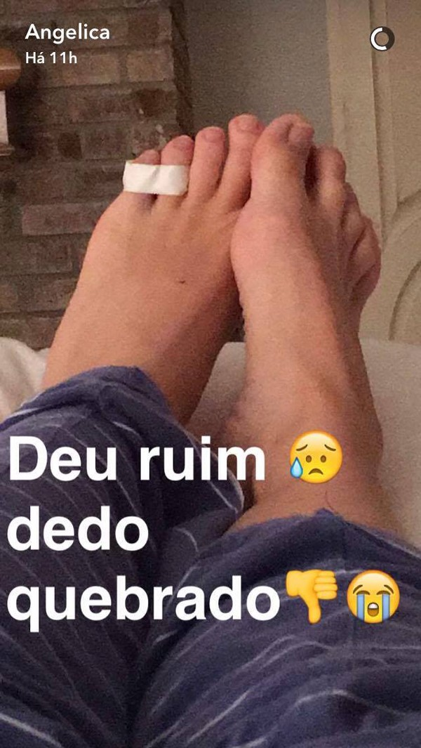 Angélica diz em rede social ter machucado o pé (Foto: Reprodução / Snapchat)