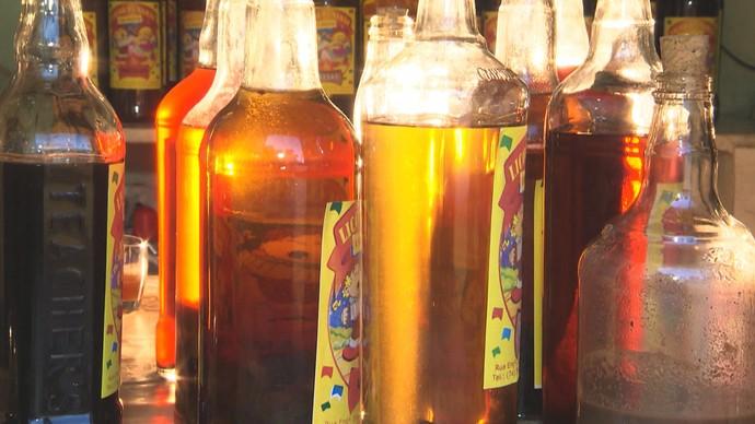 Garrafas de licor de jenipapo feito por Dona Zenaide (Foto: TV Bahia)