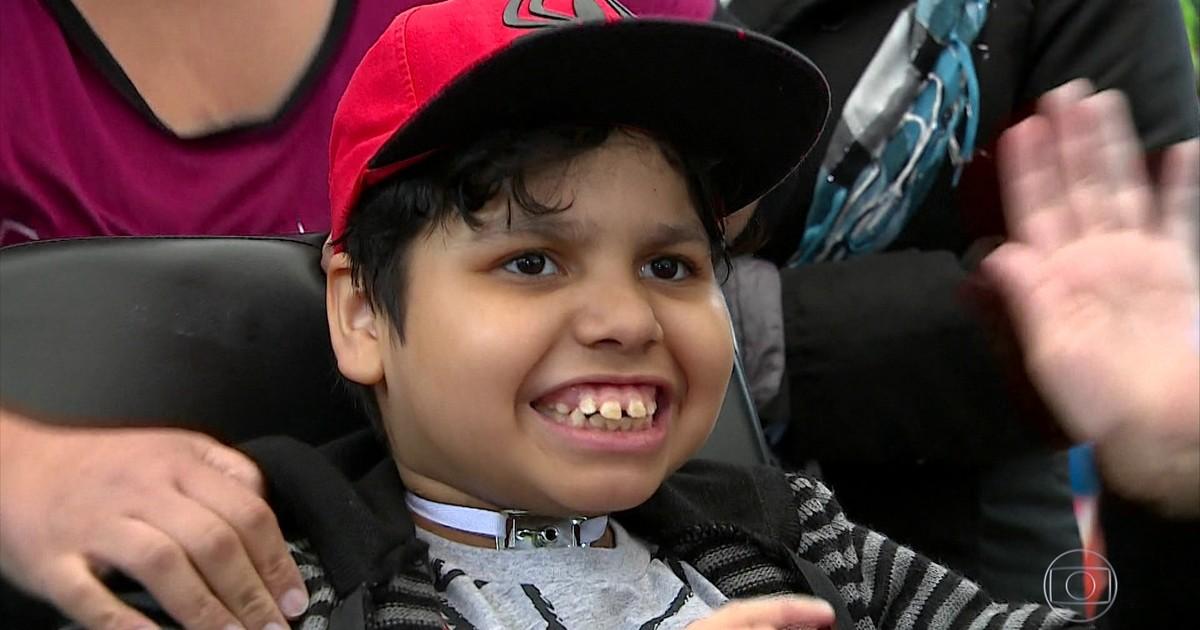 Resultado de imagem para Menino de 7 anos, que passou a vida no hospital, ganha pulmão e tem alta