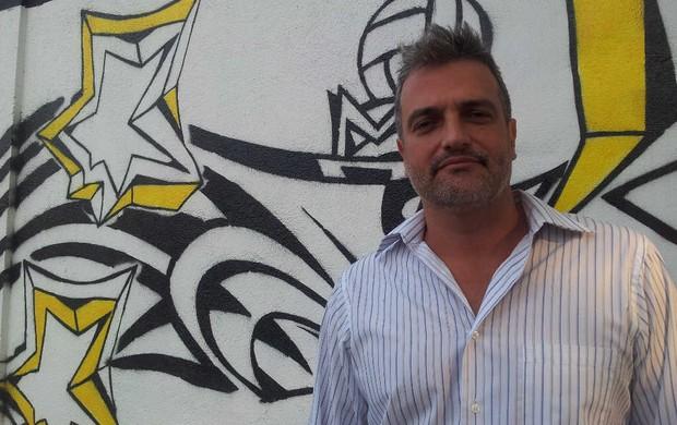 Artista plástico Paulo Consentino, muro do CT Rei Pelé, em Santos (Foto: Lincoln Chaves / Globoesporte.com)