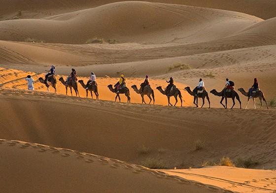 Viajantes atrasados sobem as dunas para tentar assistir ao pôr do sol (Foto: © Haroldo Castro/Época)