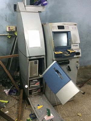 Criminosos explodiram caixa eletrônico no comando da PM em Cuiabá (Foto: Divulgação)