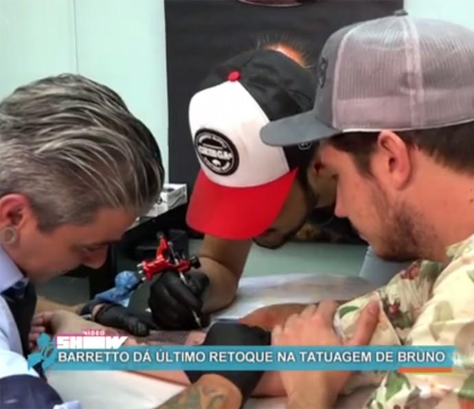 Barretto participa da realização da tatuagem de Bruno (Foto: Vídeo Show / Gshow)