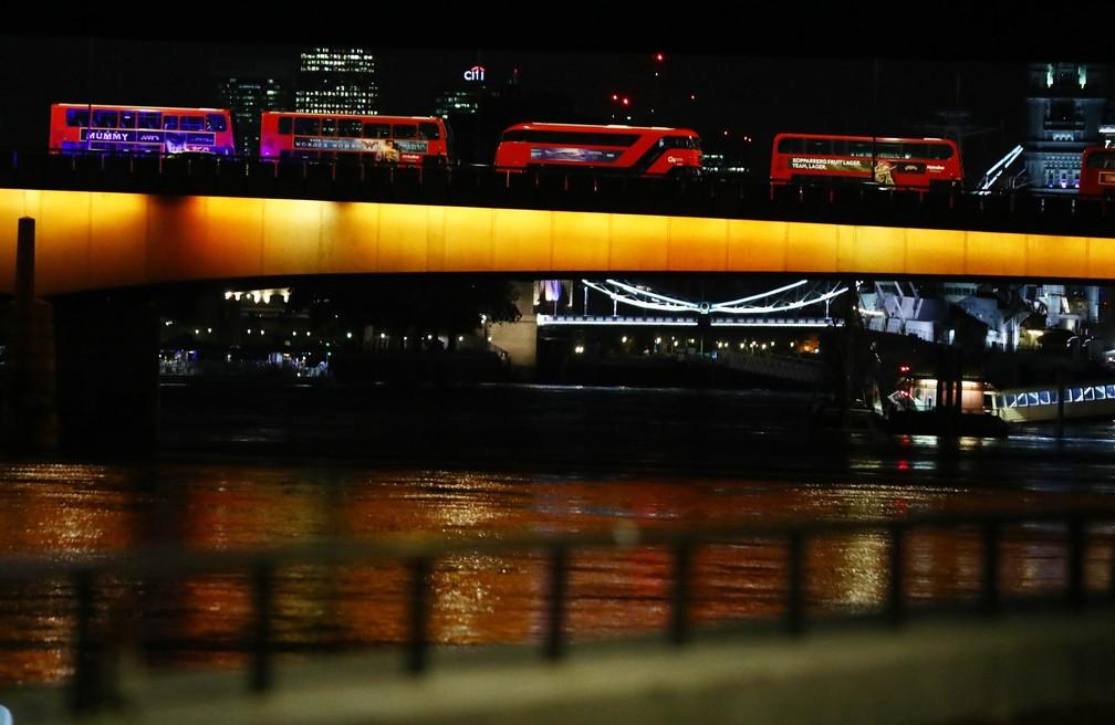 Tradicionais ônibus de Londres ficam parados em ponte (Foto: REUTERS/Neil Hall )