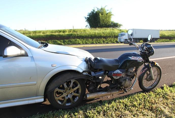 Motorista do carro bateu na traseira da moto na Rodovia Washington Luís