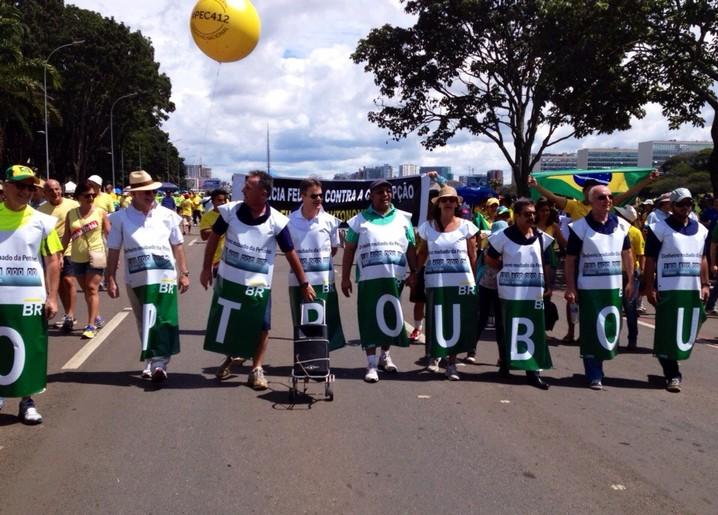 Manifestantes próximos ao Congresso fazem protesto contra corrupção na Petrobras