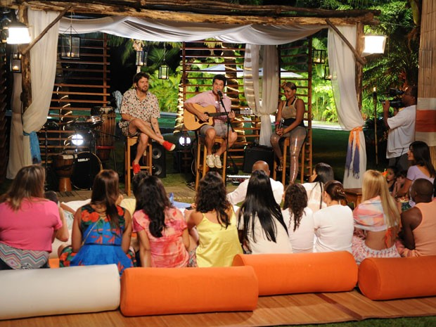 Saulo, Daniel e Gaby Amarantos se reúnem para luau em Angra dos Reis (Foto: Blad Meneghel/TV Globo)