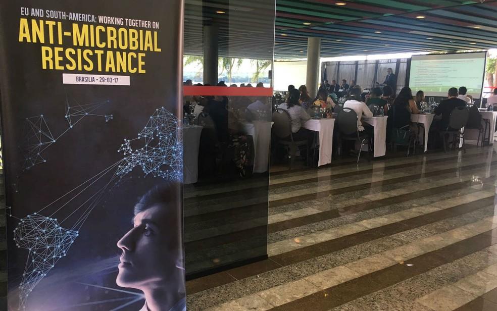 Especialistas em saúde participaram de palestra em Brasília sobre uso indiscriminados de antibióticos e medidas de combate a excessos (Foto: Luiza Garonce/G1)