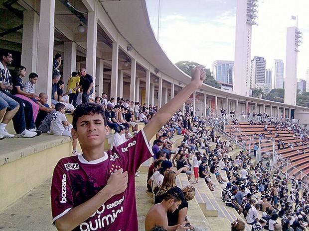 PÉ-QUENTE Matheus Fonseca de Oliveira no Pacaembu, na primeira vez em que foi ao estádio ver o Timão jogar. O Corinthians venceu (Foto: arq. familiar)