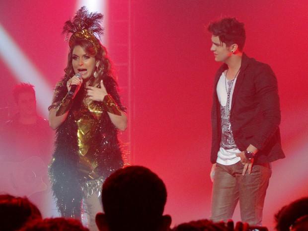 Chayene se prepara para cantar, mas quem disse que a diva consegue soltar a voz? (Foto: Cheias de Charme / TV Globo)