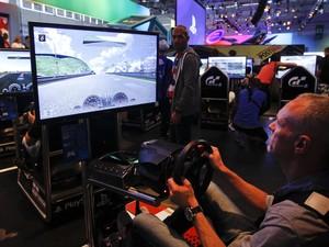 Jogador testa 'Gran Turismo 6', novo jogo de corrida para PlayStation 3, no estande da Sony (Foto: Ina Fassbender/Reuters)
