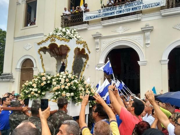 Imagem Peregrina de Nossa Senhora Aparecida foi levada em cortejo para a Catedral Basílica de Nossa Senhora das Neves, onde uma missa foi celebrada (Foto: Felipe Ramos/G1)