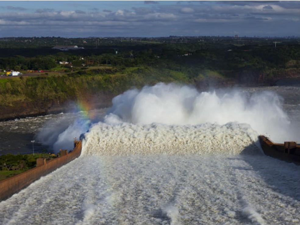 Vertedouro de Itaipu aberto. (Foto: Divulgação/Itaipu Binacional)