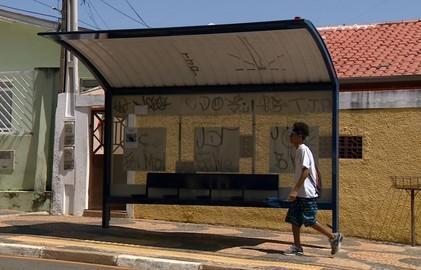 Pontos de ônibus de Resende são alvos de vandalismo
