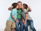 Rubinho Barrichello ganha beijo duplo dos filhos