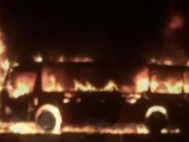 Ônibus foi incendiado por moradores após confusão com a polícia. Rio preto (Foto: Reprodução / TV TEM)
