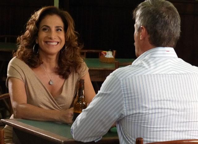 Totia e Oscar gravam cenas de seus personagens em bar (Foto: Salve Jorge/TV Globo)