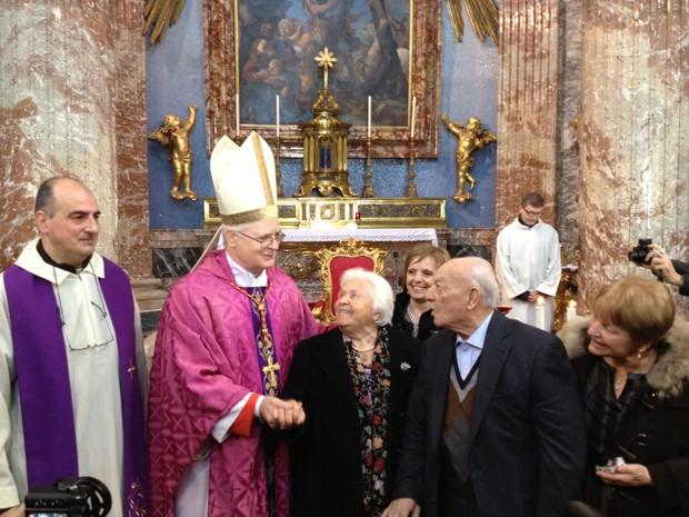 Dom Odilo cumprimenta os italianos Carmine e Maria Persighetti, de 89 anos, que completaram 70 anos de casados (Foto: Juliana Cardilli/G1)