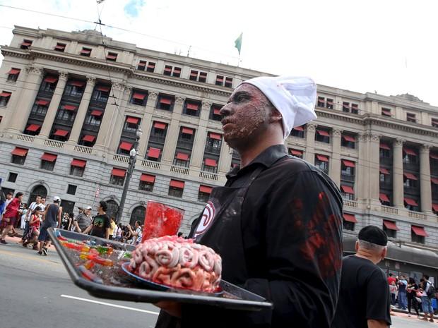 Participante da caminhada dos zumbis no Feriado de Finados em SP (Foto: Paulo Whitaker/Reuters)