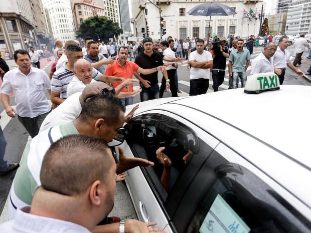 Taxistas discutem durante protesto em frente à prefeitura, no centro de São Paulo, contra a proposta para regular o transporte feito pelo aplicativo Uber (Foto: Newton Menezes/Futura Press/Estadão Conteúdo)