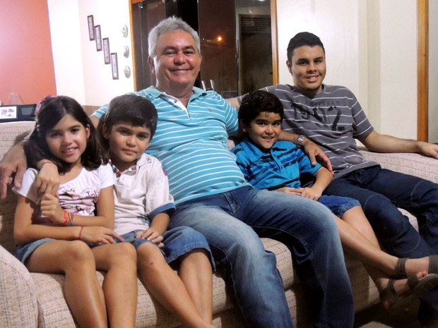 Eliezer e seus quatro filhos: Lucas, Alice, Tiago e Mateus (Foto: Felipe Gibson/G1)