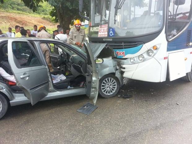 Mulher que estava no carro não resistiu aos ferimentos (Foto: Internauta)