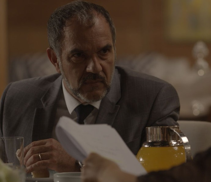 Germano fica furioso ao descobrir que Carol vazou as fotos de Eliza (Foto: TV Globo)
