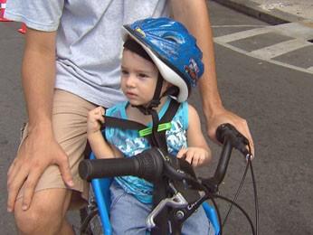 Pequeno Artur já passeia todo equipado com o pai. (Foto: Reprodução / TV Globo)