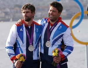 Iain Percy e Andrew Simpson vela medalha (Foto: AP)