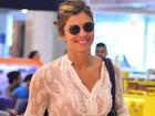 Com blusa transparente, Grazi Massafera deixa sutiã à mostra no Rio