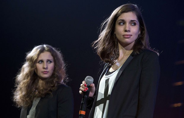 Maria Alyokhina e Nadezhda Tolokonnikova falam durante show da Anistia Internacional nesta quinta-feira (5) em Nova York (Foto: Carlo Allegri/Reuters)