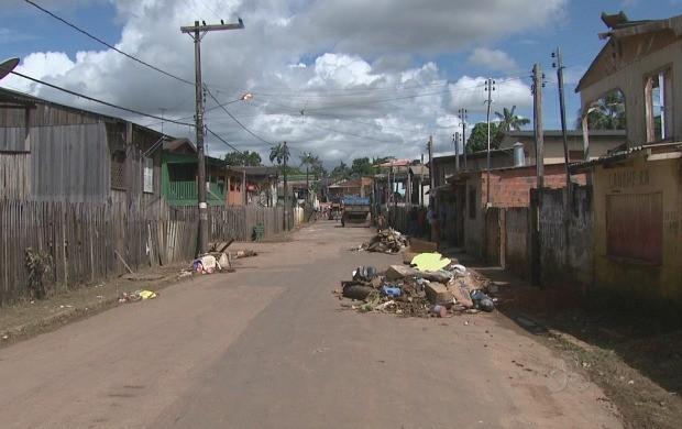 Moradores do bairro Seis de Agosto se livraram dos entulhos trazidos pela cheia (Foto: Acre TV)