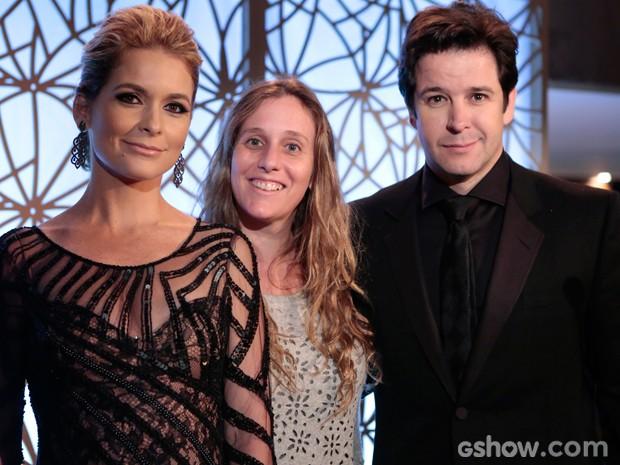 Claúdia Abreu posa ao lado da diretora Natália Grimberg e de Murilo Benício (Foto: Geração Brasil / TV Globo)