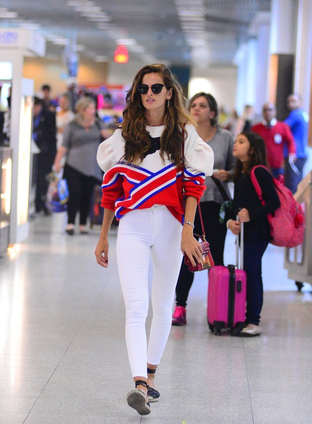 Izabel Goulart no aeroporto (Foto: William Oda/Agnews)