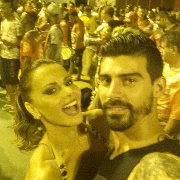 Viviane Araújo e o noivo, Radamés, em ensaio de rua do Salgueiro na Zona Norte do Rio (Foto: Instagram/ Reprodução)