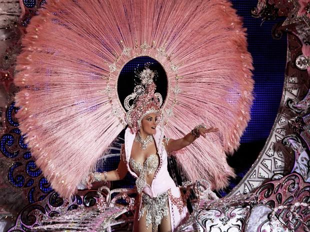 Modelo carrega fantasia de 80 kg no desfile de gala em Tenerife (Foto: Desiree Martin/AFP)