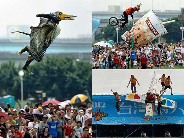 Taiwan realiza neste sábado (22) em Taipei o concurso 'Homem-Pássaro'. Cerca 280 concorrentes, de 60 equipes, participaram de 'voos' malucos, curiosos e hilários. (Foto: Wally Santana / AP Photo)