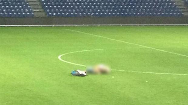 Casal ousado foi flagrado fazendo sexo no meio do campo após partida entre Brøndby e Randers (Foto: Reprodução/Twitter)