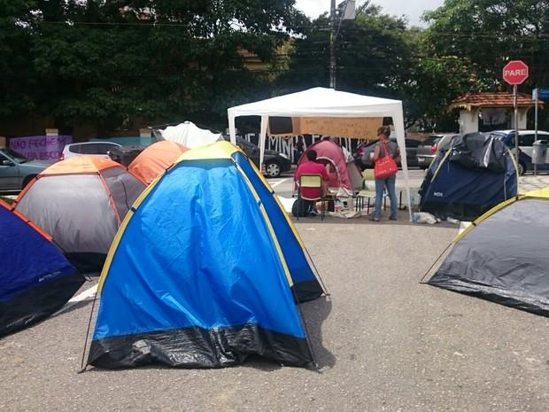 Pessoas acampam em frente a Diretoria de Ensino em Sorocaba (Foto: Carlos Dias/G1)